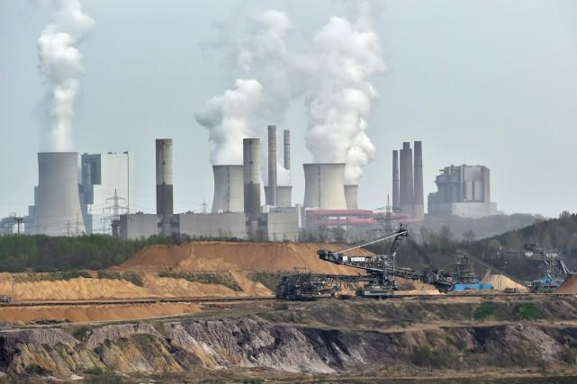 Vue sur la mine de lignite à ciel... (PHOTO MARTIN MEISSNER, AP)