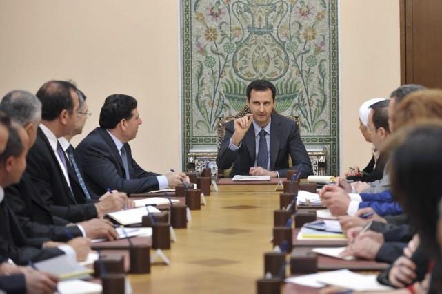 Bachar al-Assad a rencontré des membres du Haut... (PHOTO REUTERS/SANA)
