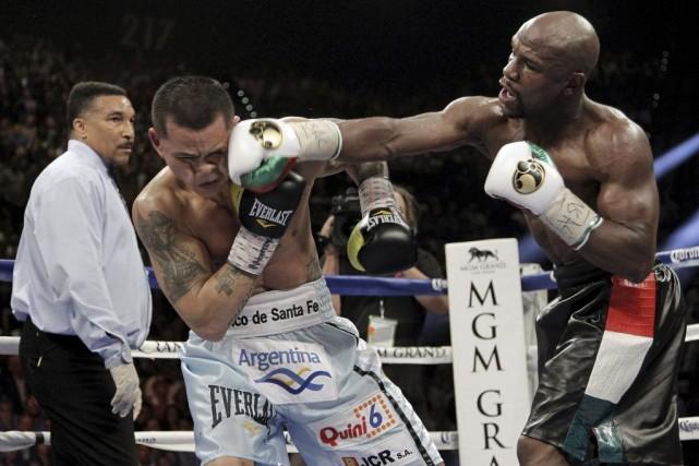Floyd Mayweather fils (à droite) est demeuré invaincu... (PHOTO JOHN GURZINSKI, AFP)