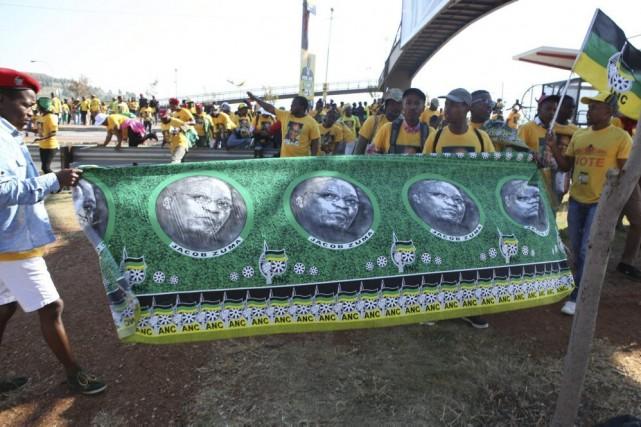 Près de 100000 partisans du président Zuma se... (PHOTO DENIS FARRELL, AP)