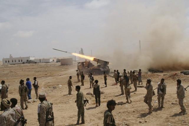 Des soldats yéménites ont lancé des roquettes en... (PHOTO REUTERS)