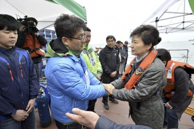 La présidente sud-coréenne tente de consoler un proche... (PHOTO ASSOCIATED PRESS)