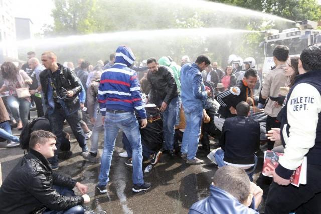 La police a utilisé des canons à eau... (PHOTO NICOLAS MAETERLINCK, AFP)