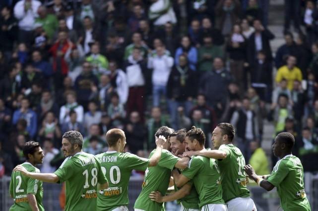 Les joueurs de Saint-Étienne célèbrent le but de... (PHOTO JEFF PACHOUD, AFP)