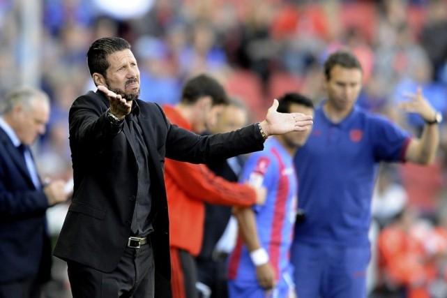 L'entraîneur de l'Atletico Madrid Diego Simeone montre son... (PHOTO JOSE JORDAN, AFP)