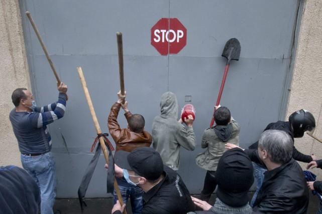 Environ 2000 pro-Russes ont lancé dimanche un assaut... (Photo: AP)