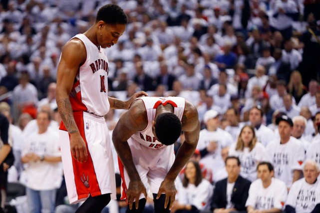 DeMar DeRozan console son coéquipier Amir Johnson. Les... (Photo John E. Sokolowski, USA Today)