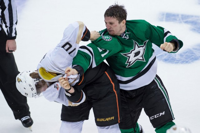 Antoine Roussel a livré un furieux combat contre... (Photo Jerome Miron, USA Today)