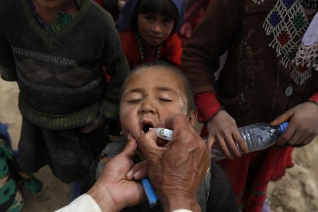 Un enfant afghan reçoit le vaccin contre lapoliomyélite,... (PHOTO MOHAMMAD ISMAIL, REUTERS)