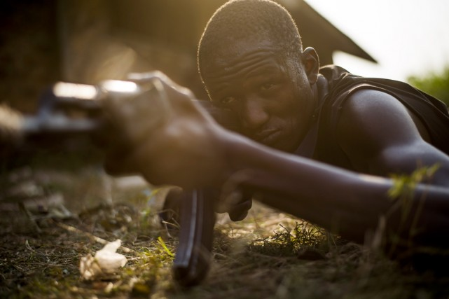 Un combattant anti-balaka à l'entraînement, en banlieue de... (PHOTO FRED DUFOUR, ARCHIVES AFP)