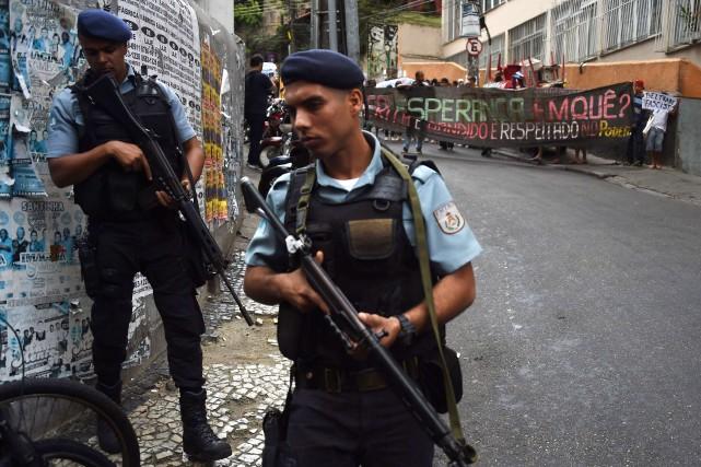 Le déploiement d'un plus grand nombre de policiers... (Photo CHRISTOPHE SIMON, AFP)