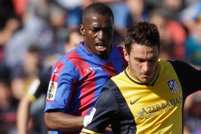 Le joueur sénégalais de Levante, Pape Diop (à... (Photo Heino Kalis, Reuters)