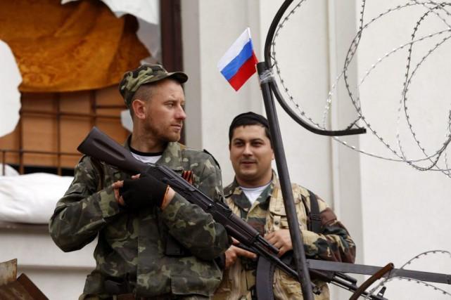 Des millitants pro-russes armés à Luhansk, dans l'est... (PHOTO VASILY FEDOSENKO, REUTERS)