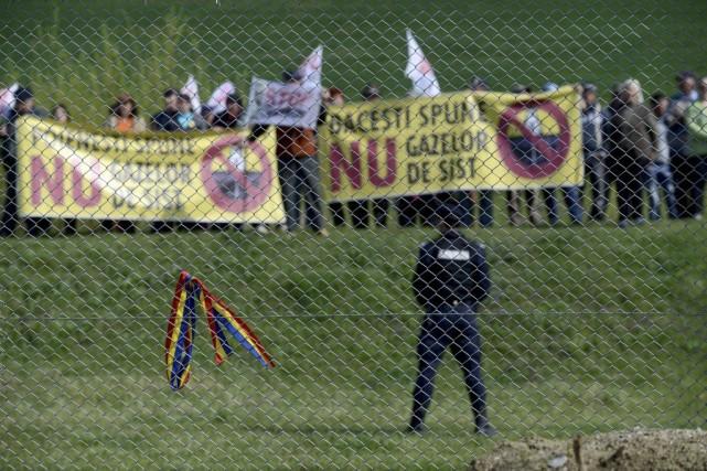 Des opposants à l'exploitation des gaz de chiste... (Photo Mircea Resta, archives Agence France-Presse)