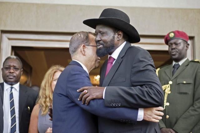 Le secrétaire général de l'ONU Ban Ki-moon et... (Photo Charles Lomodong, Agence France-Presse)