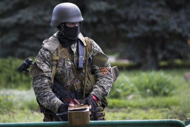 Un combatant pro-russe en Urkaine.... (Photo Alexander Zemlianichenko, Associated Press)