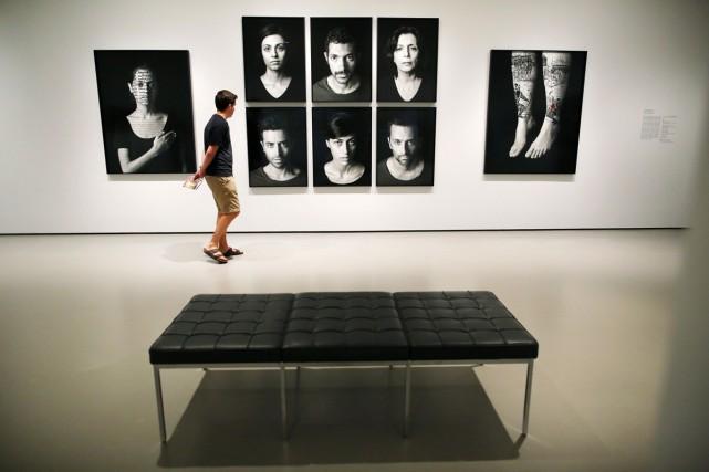 Un visiteur regarde les photographies de Shirin Neshat... (Photo: Reuters)