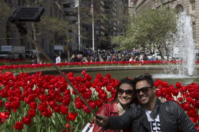 Des touristes prennent un «selfie»à Manhattan.... (PHOTO BRENDAN MCDERMID, REUTERS)