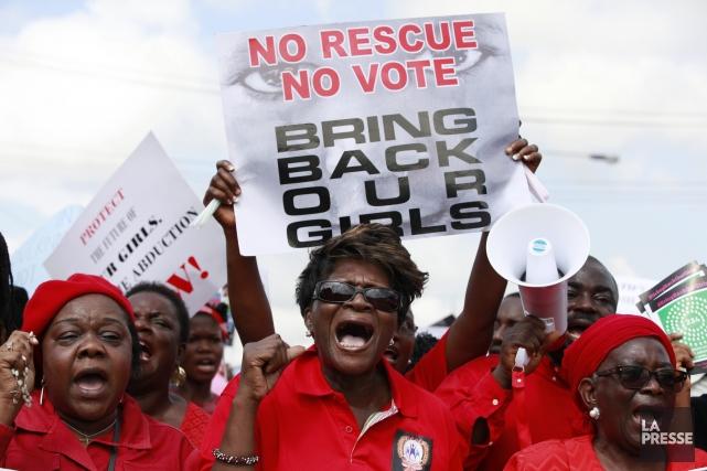 Des manifestants à Lagos demandent aux autorités du... (Photo Sunday Alamba, AP)