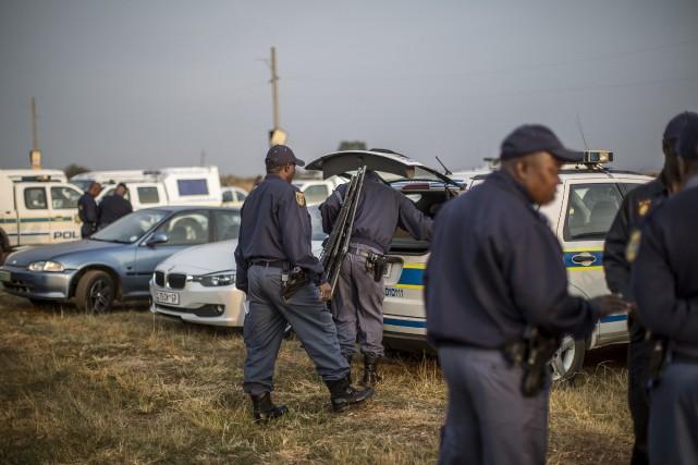 Des policiers patrouillent dans le ghetto deBekkersdal.... (Photo Marco Longari, AFP)