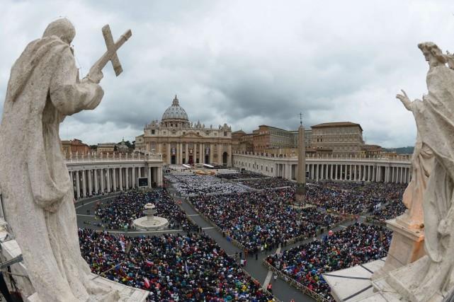 La place Saint-Pierre a été envahie par des... (PHOTO VINCENZO PINTO, AFP)