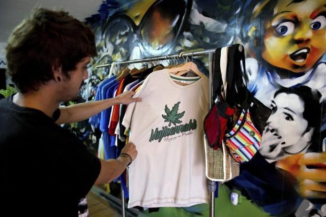 Un vendeur de Montevideo expose ses chandails arborant... (Photo AFP)
