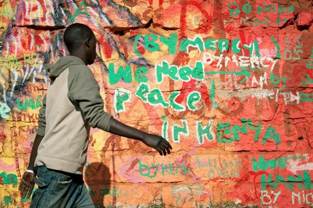 Un homme marche dans une rue de Kibera,... (PHOTO PHIL MOORE, ARCHIVES AFP)