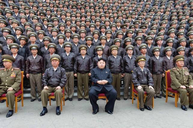 Le dirigeant Kim Jong-un pose avec des officiers... (PHOTO ARCHIVES REUTERS/KCNA)