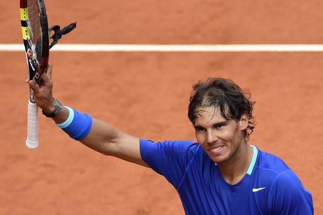 Rafael Nadal salue la foule après sa victoire... (Photo pierre-Philippe Marcou, AFP)