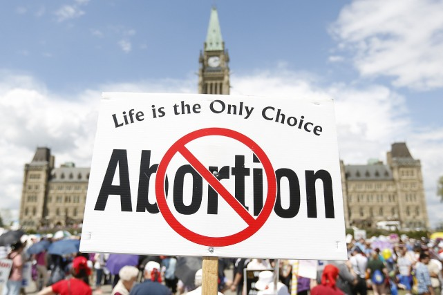 Une manifestation de militants contre l'avortement à Ottawa... (Photo CHRIS WATTIE, Archives Reuters)