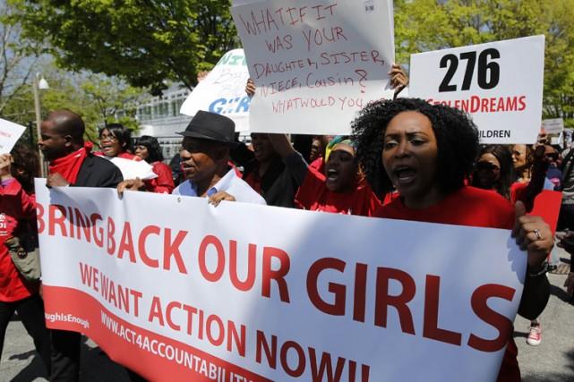 Des gens ont manifesté mercredien soutien aux étudiantes... (Photo: Reuters)