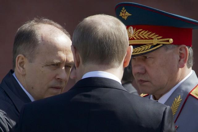 Vladimir Poutine (de dos) discute avec le chef... (PHOTO IVAN SEKRETAREV, AP)