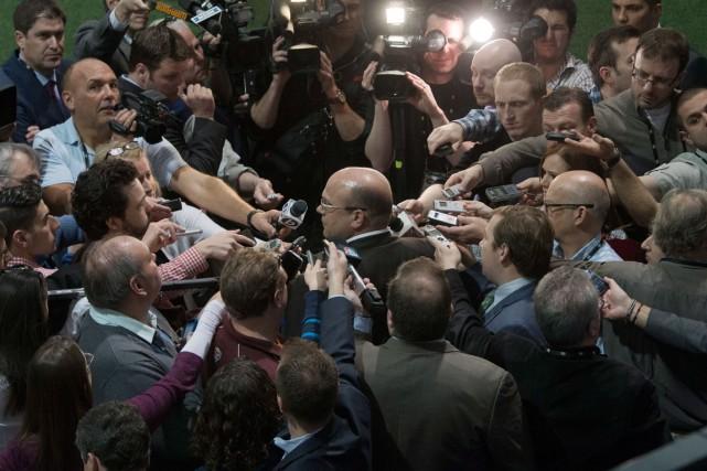 Le directeur général des Bruins, Peter Chiarelli, répondant... (Photo Ryan Remiorz, PC)