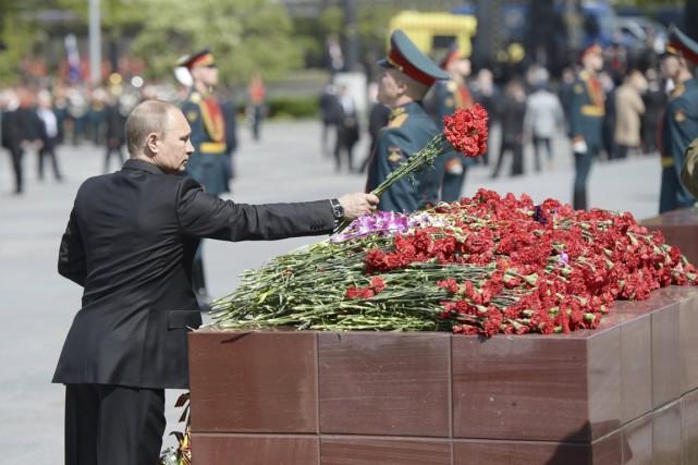 Le président Vladimir Poutine dépose une gerbe de... (PHOTO ALEXEI NIKOLSKY, AFP/RIA NOVOSTI/KREMLIN)