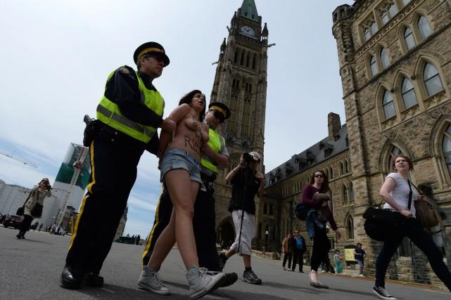 Les deux protestataires ont fait irruption sur la... (Photo Sean Kilpatrick, PC)