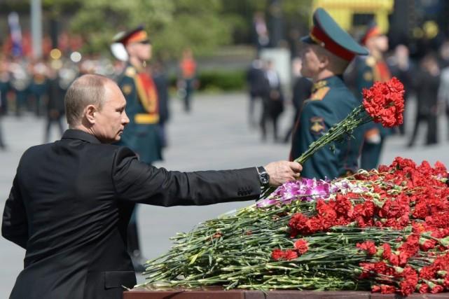 Le président russe Vladimir Poutine dépose des fleurs... (Alexei Nikolsky)