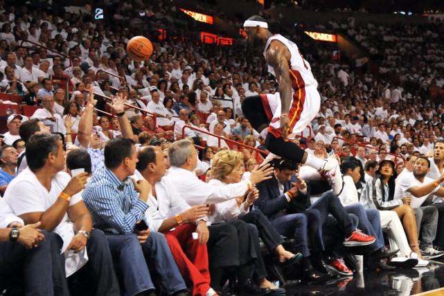 LeBron James a sauté au-dessus des spectateurs en... (Photo Steve Mitchell, USA Today)