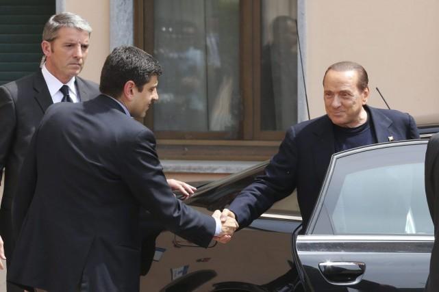 Avant son départ M.Berlusconi a serré avec chaleur... (PHOTO ANTONIO CALANNI, AP)