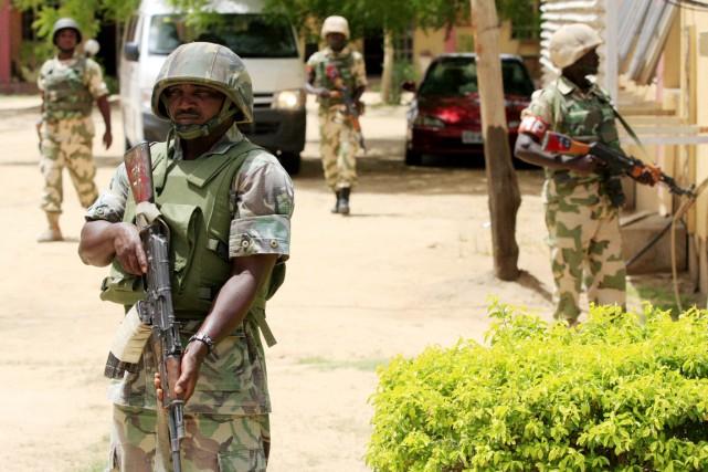 Le Nigeria compte 80000 militaires et 82000 paramilitaires,... (PHOTO JON GAMBRELL, ARCHIVES AP)