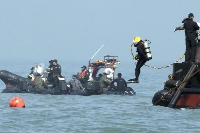 Un plongeur se jette à l'eau pour retrouver... (PHOTO AP/YONHAP)