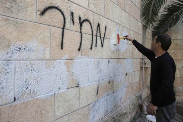 Un employé de la ville de Jérusalem applique... (AMMAR AWAD)