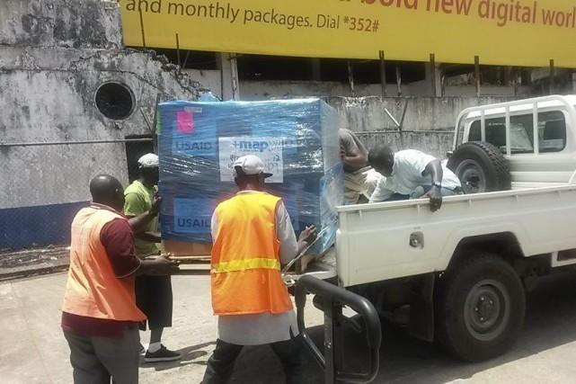 Des hommes transportent de l'équipement pour aider les... (Photo fournie par MAP International)