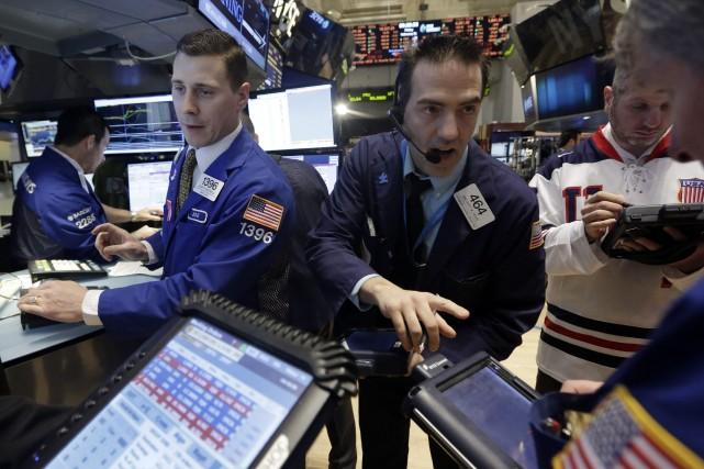 Wall Street a fini en hausse vendredi, permettant à son indice Dow Jones de... (Photo Richard Drew, Archives Associated Press)