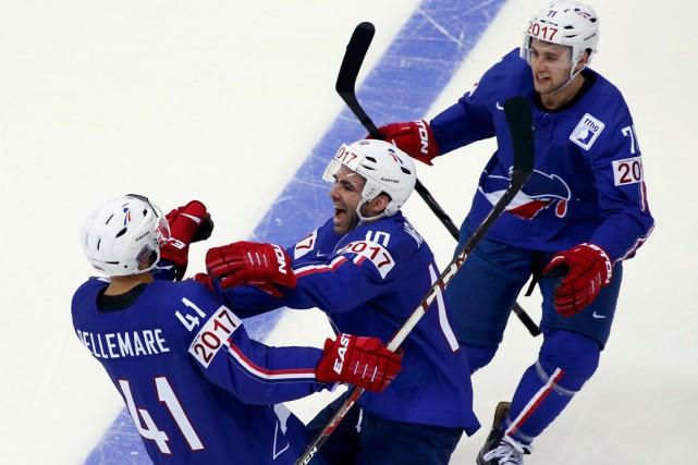 Pierre-Édouard Bellemare (à gauche) célèbre avec ses coéquipiers... (Photo Vasily Fedosenko, Reuters)