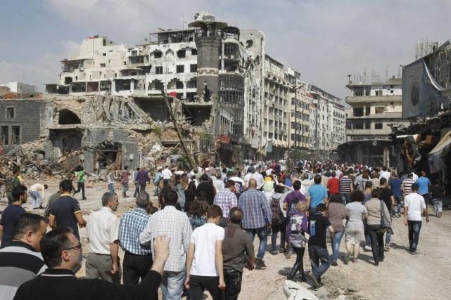 Des centaines d'hommes, de femmes et d'enfants ont... (KHALED AL-HARIRI, Reuters)
