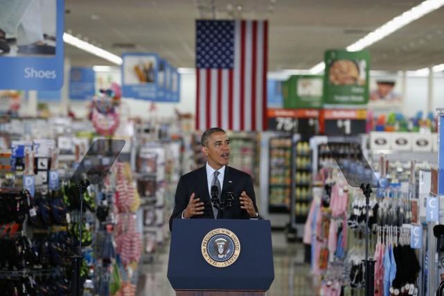 C'est entre deux rangées de sous-vêtements que le... (Photo Kevin Lamarque, Reuters)