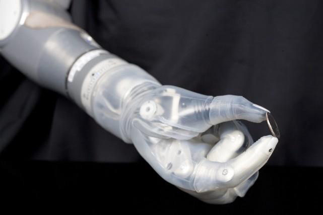 Cette prothèse bionique expérimentale est reliée aux nerfs... (Photo Reuters)