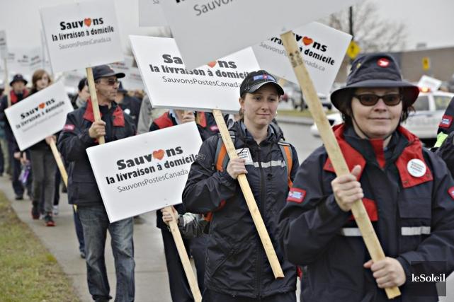 Des employés de Postes Canada ont manifesté à... (PHOTO PAS RATTHÉ, LE SOLEIL)