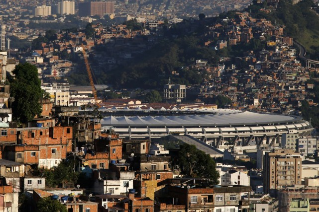Les favelas qui encerclent le stade Maracanã, l'un... (Photo Sergio Moraes, archives Reuters)