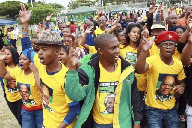 Des partisans fêtent la victoirede l'ANC dans les... (PHOTO RAJESH JANTILAL, AFP)